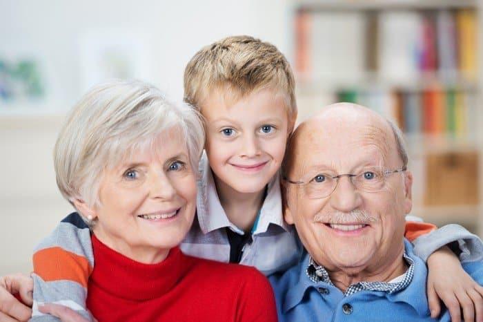 Приравняют к родителям: бабушки и дедушки могут заявить права на своих внуков