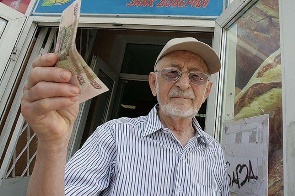 Вопрос индексации пенсий работающим пенсионерам пообещал рассмотреть Путин