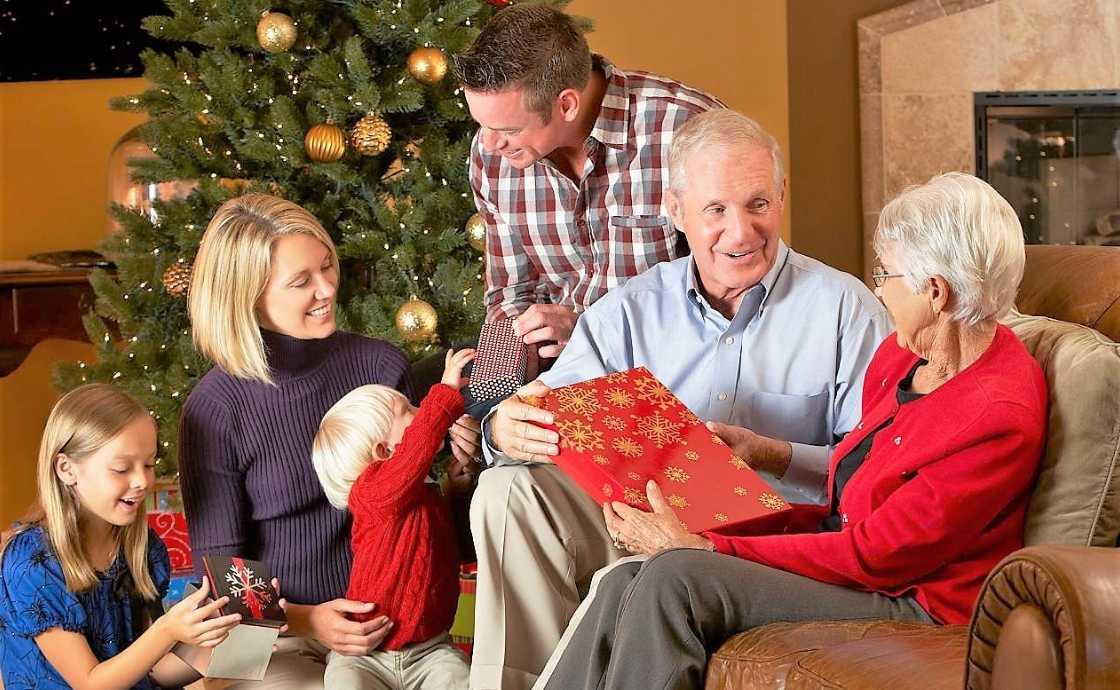 Поздравление с Новым годом 2021 пенсионерам - поздравление с Новым годом пожилым людям: своими словами, стихи, проза, смс