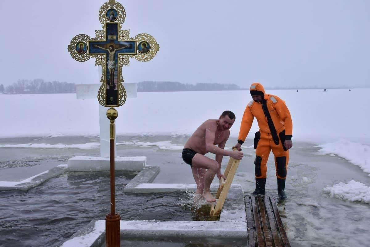 Как не заболеть, купаясь в проруби в Крещение, рассказали специалисты