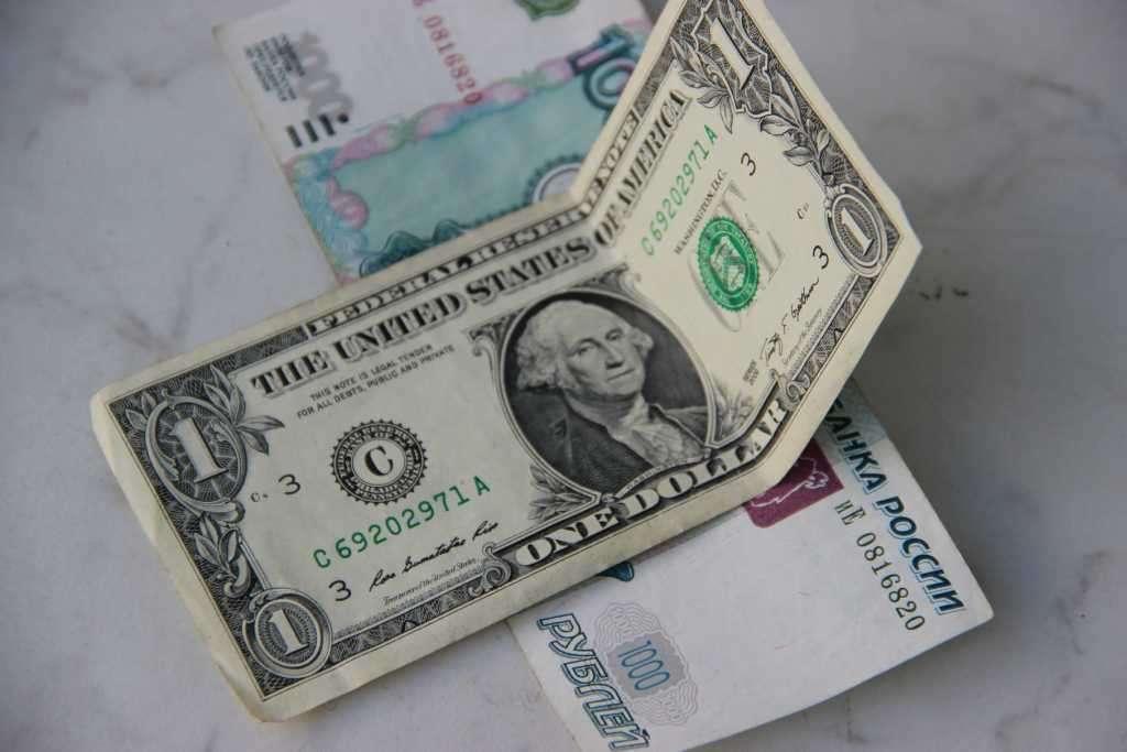 Вероятное падение рубля прогнозируют эксперты на предстоящей неделе