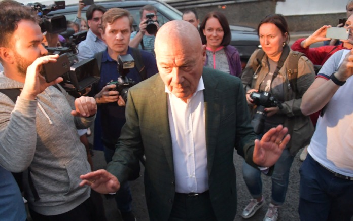Владимир Познер покинул Грузию после того, как его закидали яйцами