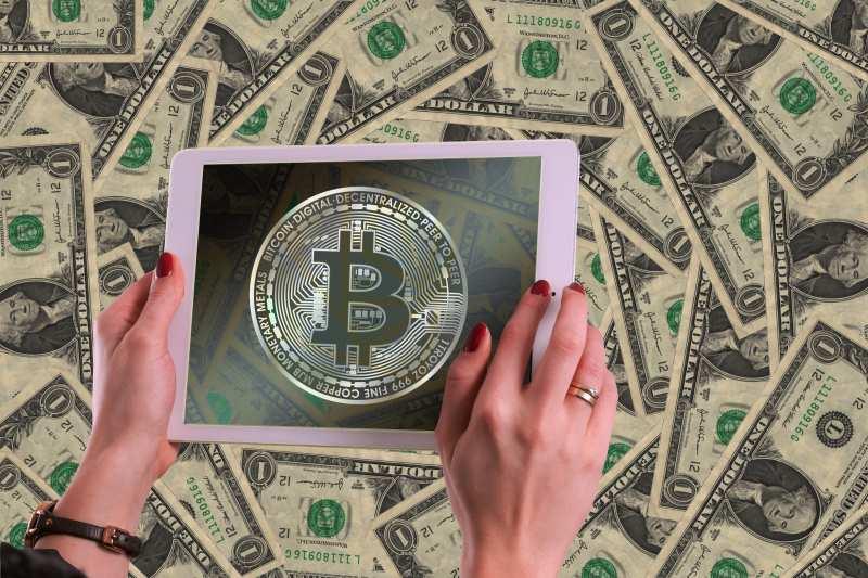 О преимуществах доллара перед биткоином рассказал эксперт